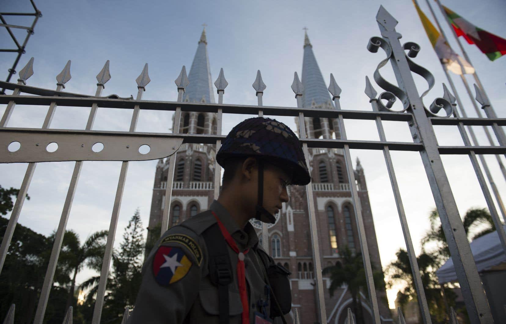 Un soldat myanmarais monte la garde devant la c<span>athédrale de l'Immaculée-Conception</span>, à Rangoun.