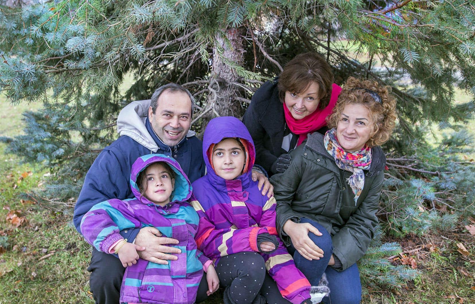 Amar Lotfallah entourant ses filles Jessica et Batricia avec Lise Maynard et Fadia Bashour, une crèche vivante recomposée au Québec