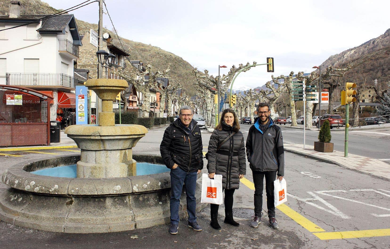 Le village deBossòst compte 1100 habitants. La candidate du Parti des socialistes de Catalogne Maria Vergés (au centre) y fait du porte-à-porte, entourée ici du maire Amador Marqués (à droite) et d'un élu de la députation provinciale de Lérida, Francés «Paco» Boya.