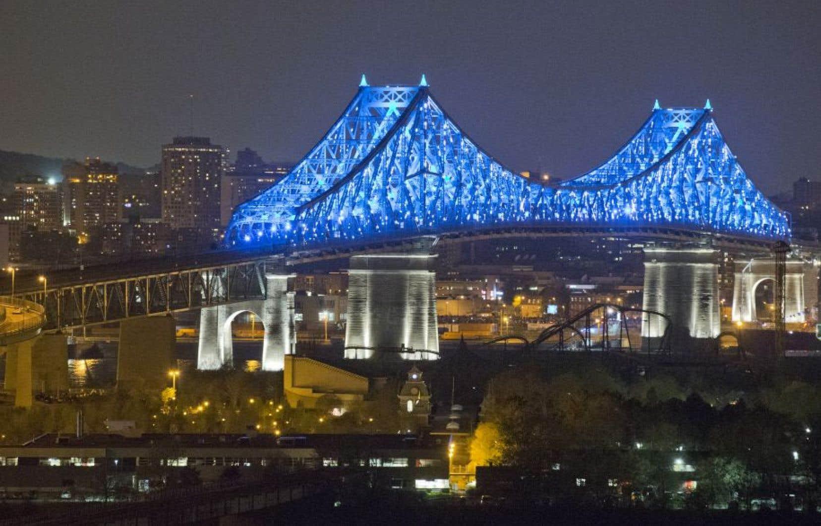 L'illumination du pont Jacques-Carier a attiré pas moins de 575000 personnes en deux soirs.