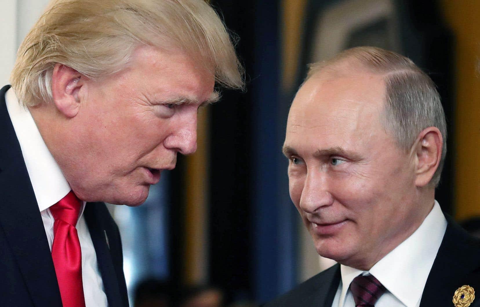 Donald Trump (à gauche) et Vladimir Poutine, lors de leur rencontre à l'occasion de la réunion annuelle de l'Organisation de coopération économique Asie-Pacifique, le 11novembre dernier