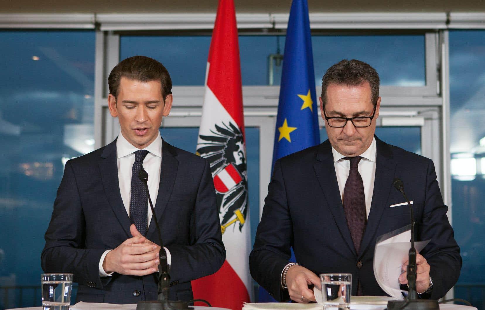 Le conservateur autrichien Sebastian Kurz (à gauche) aux côtés du nouveau vice-chancelier, Heinz-Christian Strache, samedi.