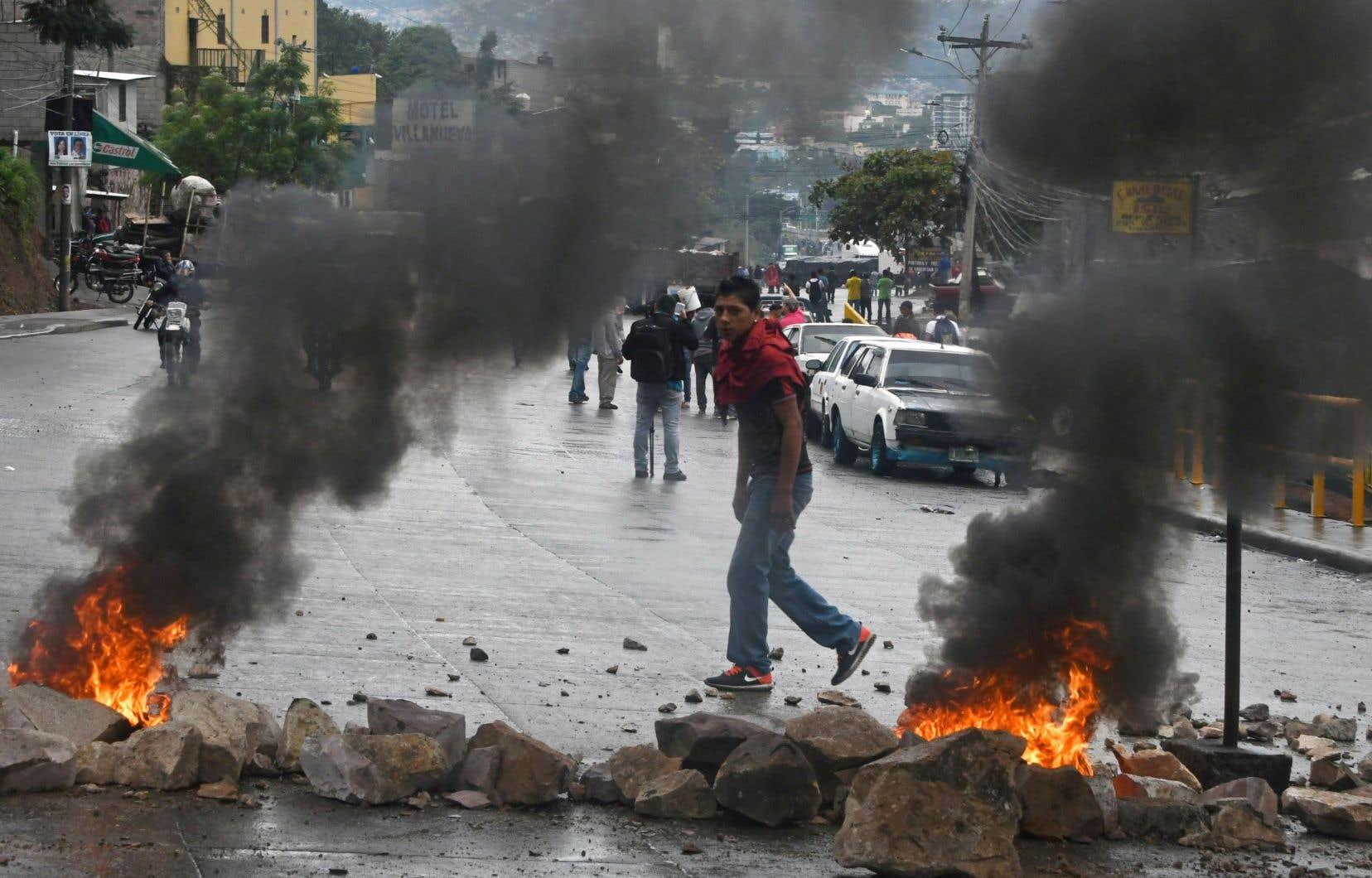 Les partisans de Salvador Nasralla manifestent pour dénoncer une «fraude» supposée lors de cette élection entachée d'irrégularités, selon l'opposition.