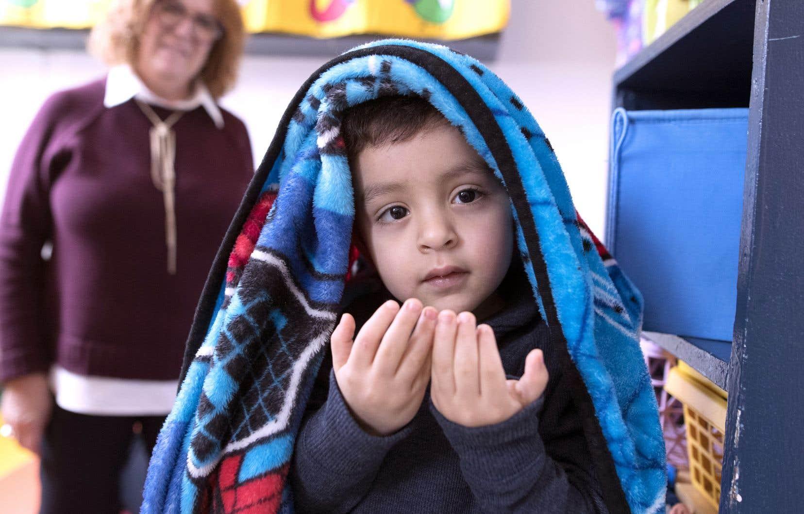 Le petit Ziyad s'amuse au CPE Soleil du quartier sous la surveillance de France Cantin, directrice de la garderie.