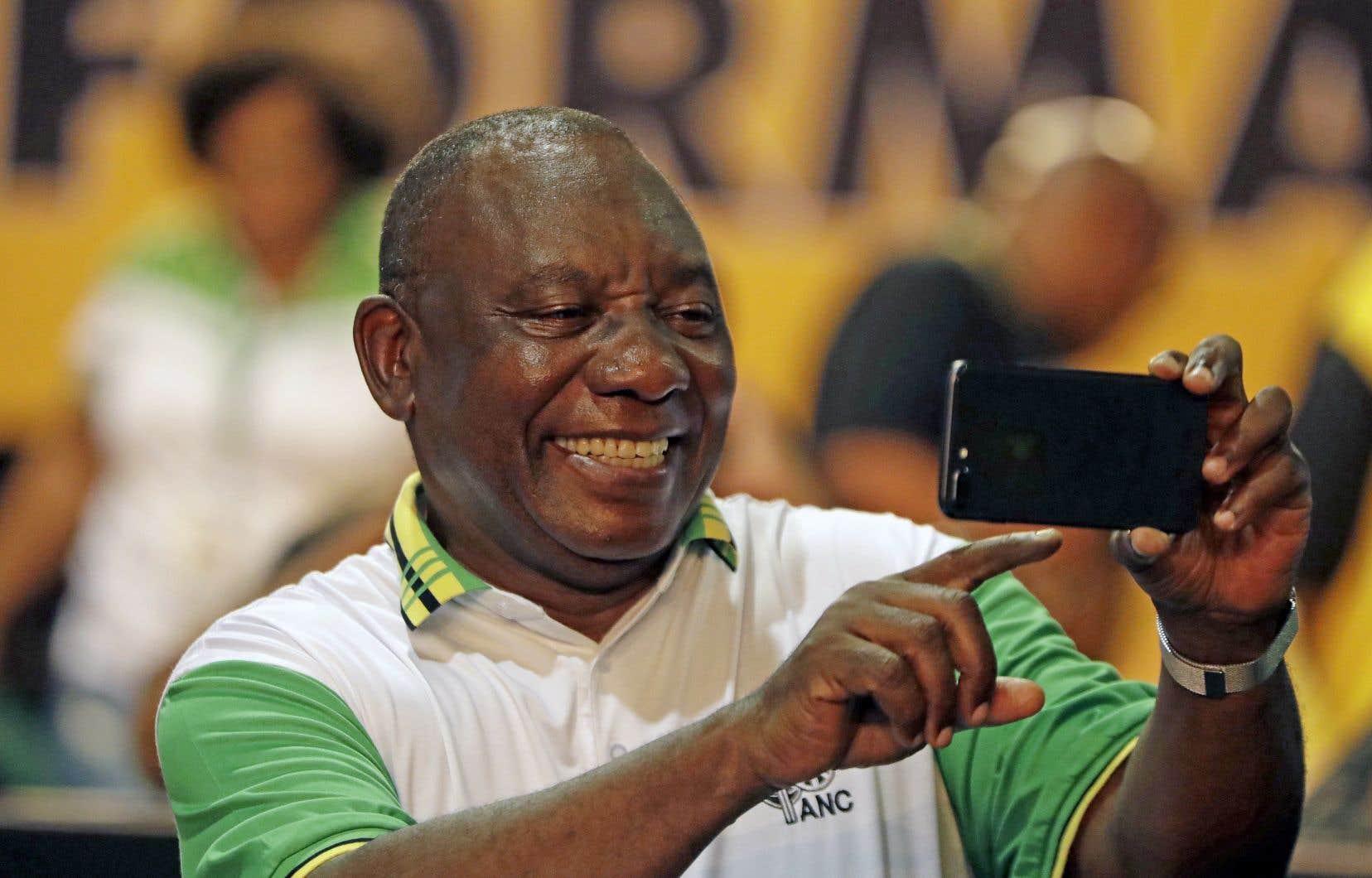 Cyril Ramaphosa prend un égoportrait après l'annonce de sa victoire. Il a obtenu le soutien de 2 440 délégués du parti, contre 2 261 pour son adversaire, Nkosazana Dlamini Zuma.