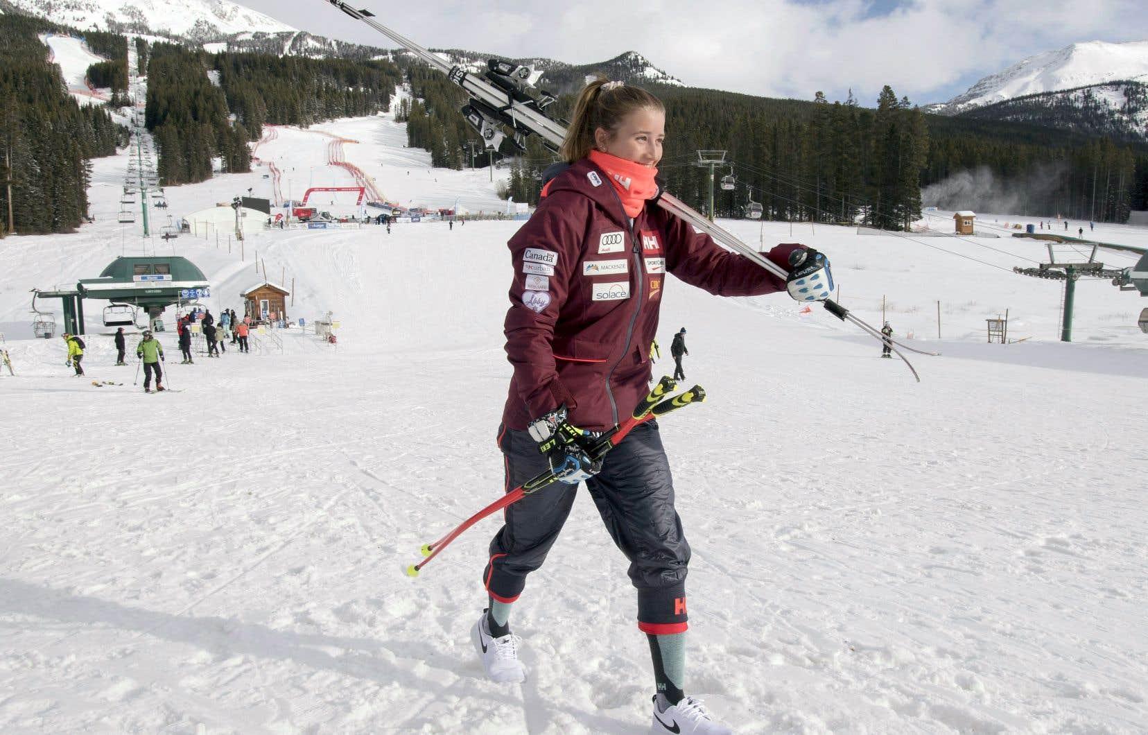 Stephanie Fleckenstein, de l'équipe canadienne, s'est résignée à retourner au chalet après l'annulation d'une descente d'entraînement à la Coupe du monde à Lake Louise, en Alberta, le 29 novembre dernier, en raison du temps trop clément.