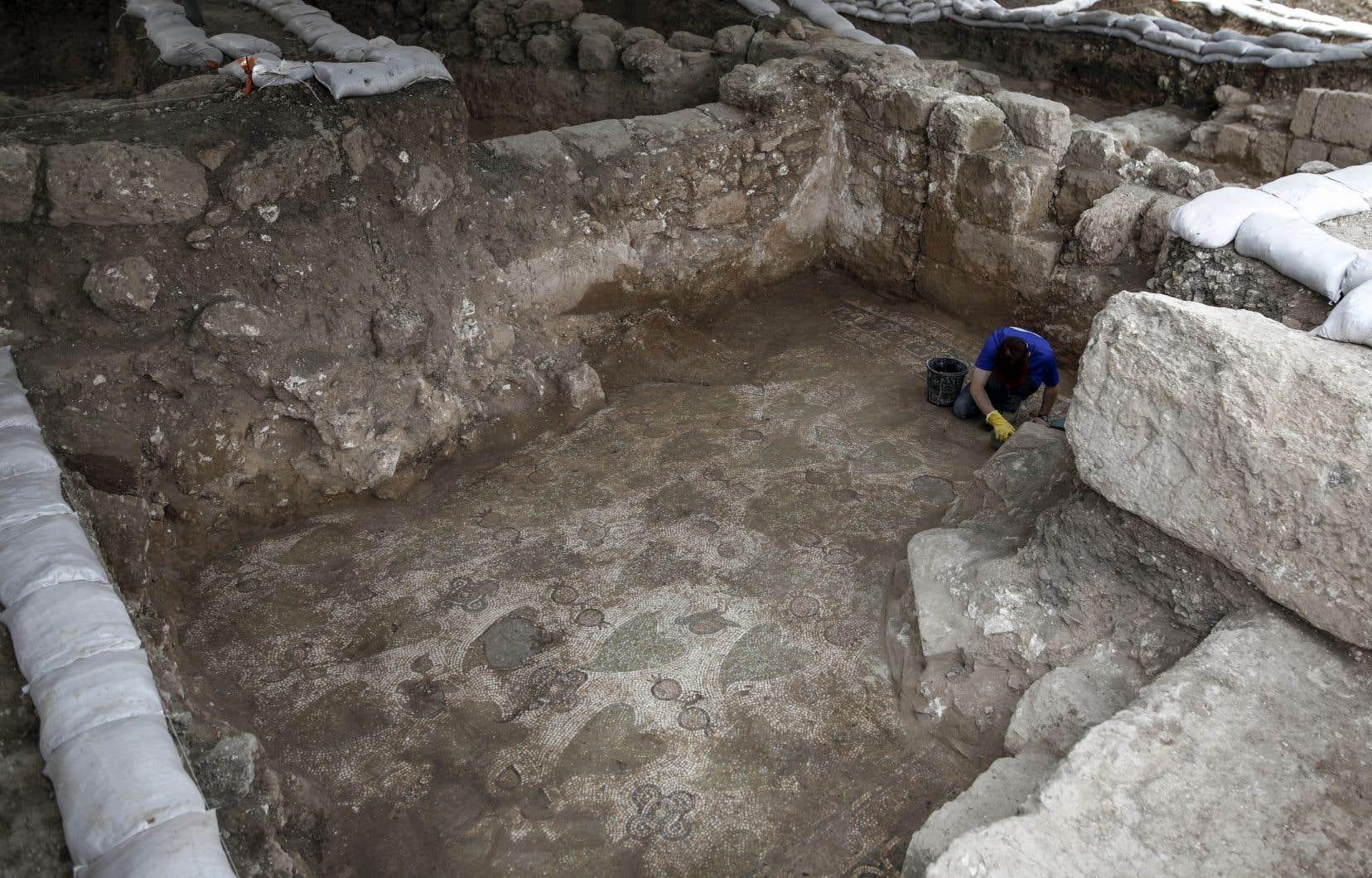 <p>Les archéologues ont exhumé les vestiges de murs faits de pierres aux dimensions imposantes ainsi que des éléments architecturaux en marbre provenant pour partie de l'actuelle Turquie.</p>
