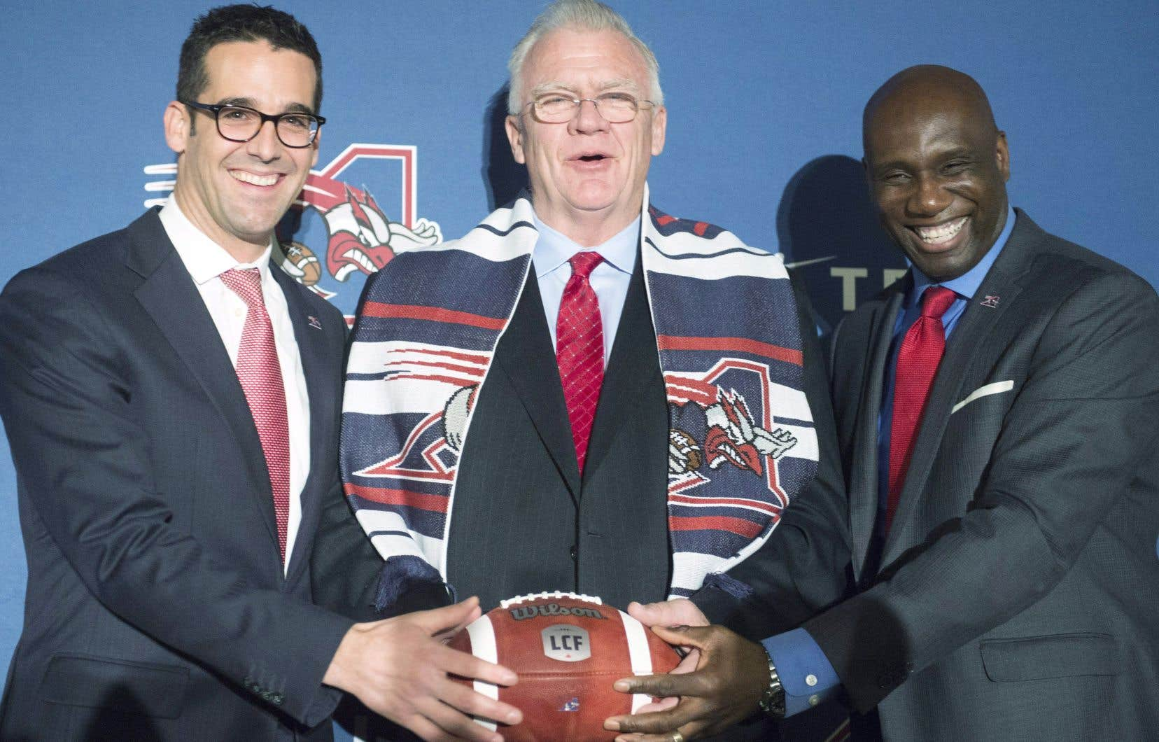 Mike Sherman a été présenté à la presse montréalaise mercredi par le président et le directeur général des Alouettes, Patrick Boivin et Kavis Reed.