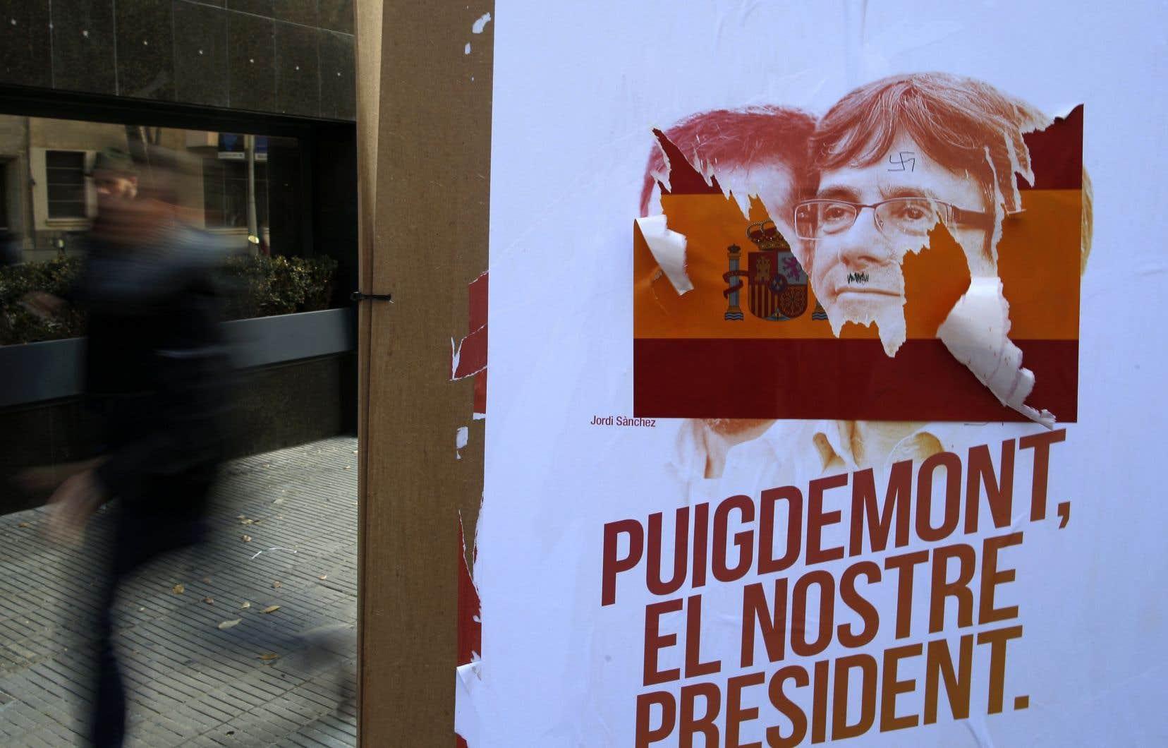 Une affiche où on peut lire «Puigdemont, notre président» a été vandalisée à Barcelone.