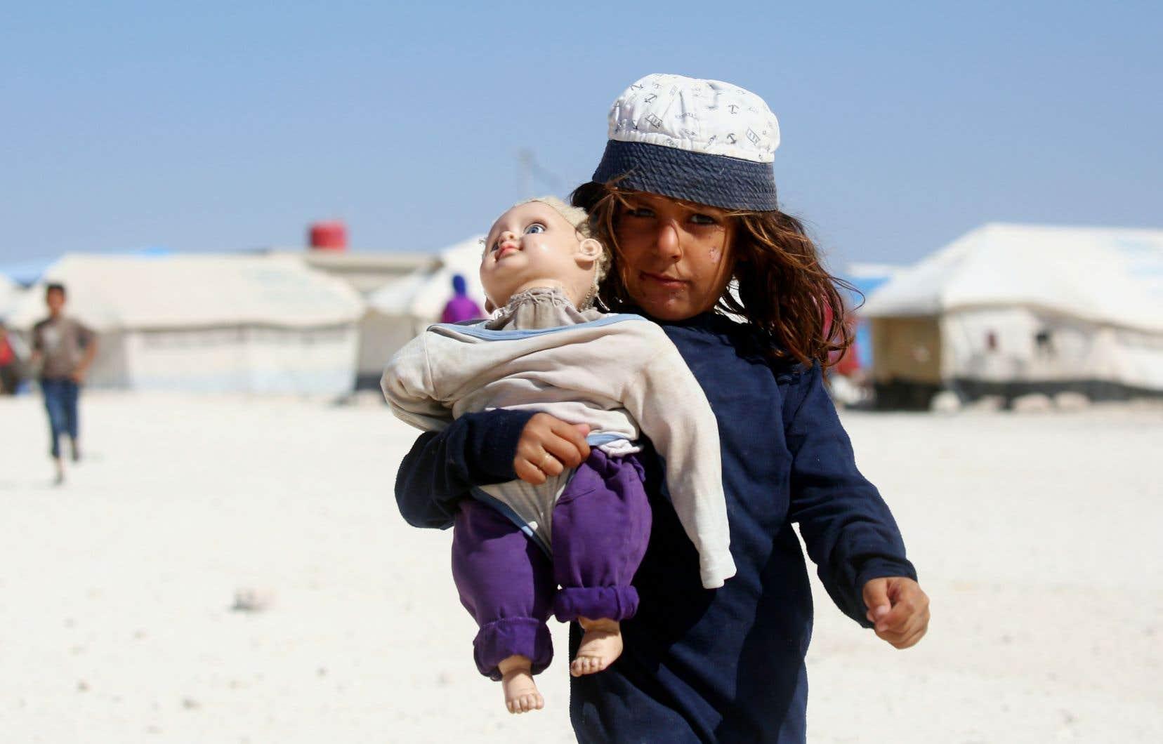 Une jeune syrienne dans un camp de réfugiés. Des milliers de personnes ayant fui la guerre, la faim ou la persécution attendent que le Canada les accueille.