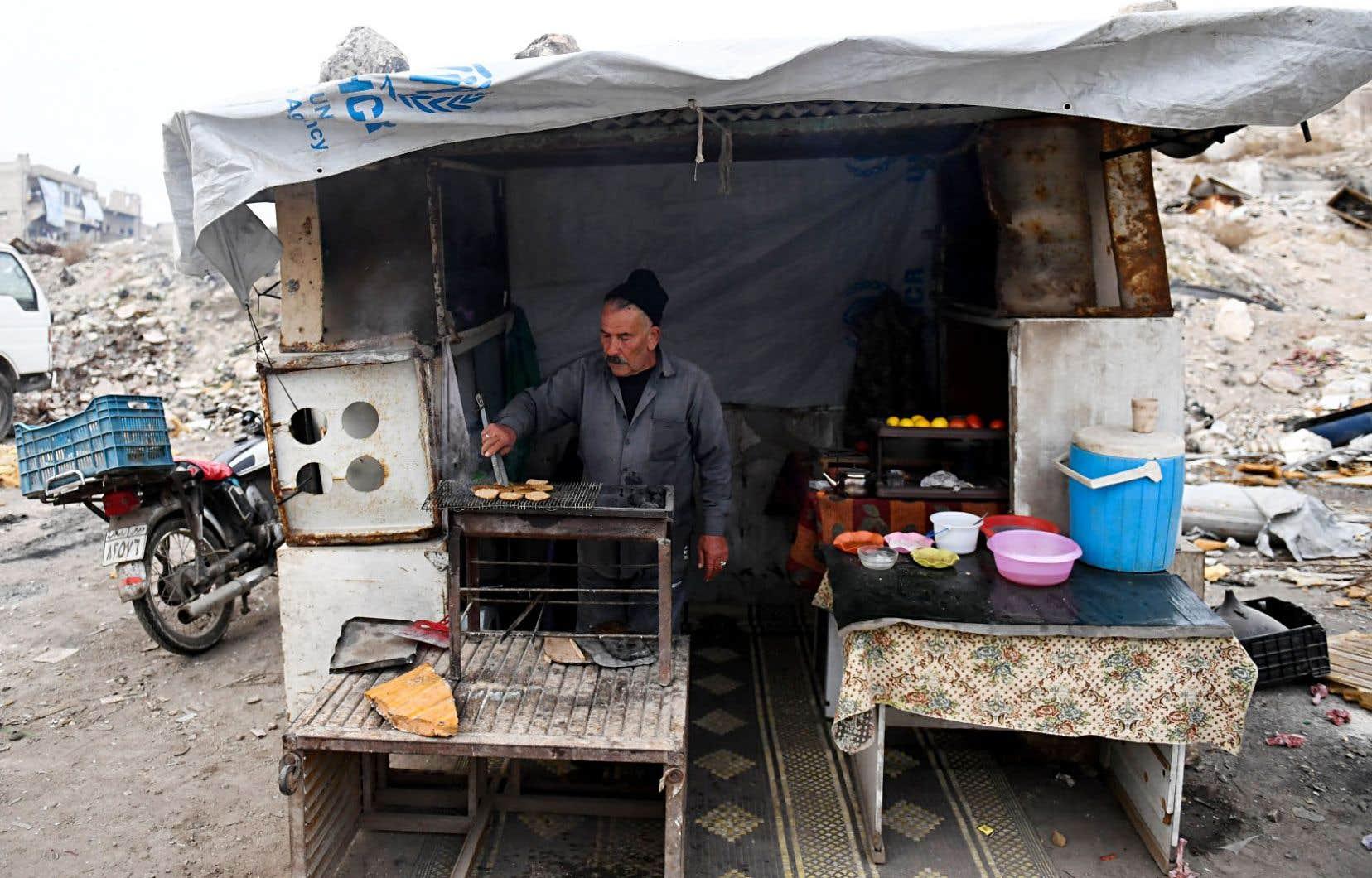 Un Syrien, Khayro Moselmani, vend de la nourriture dans Kalassé, un ancien quartier rebelle d'Alep.