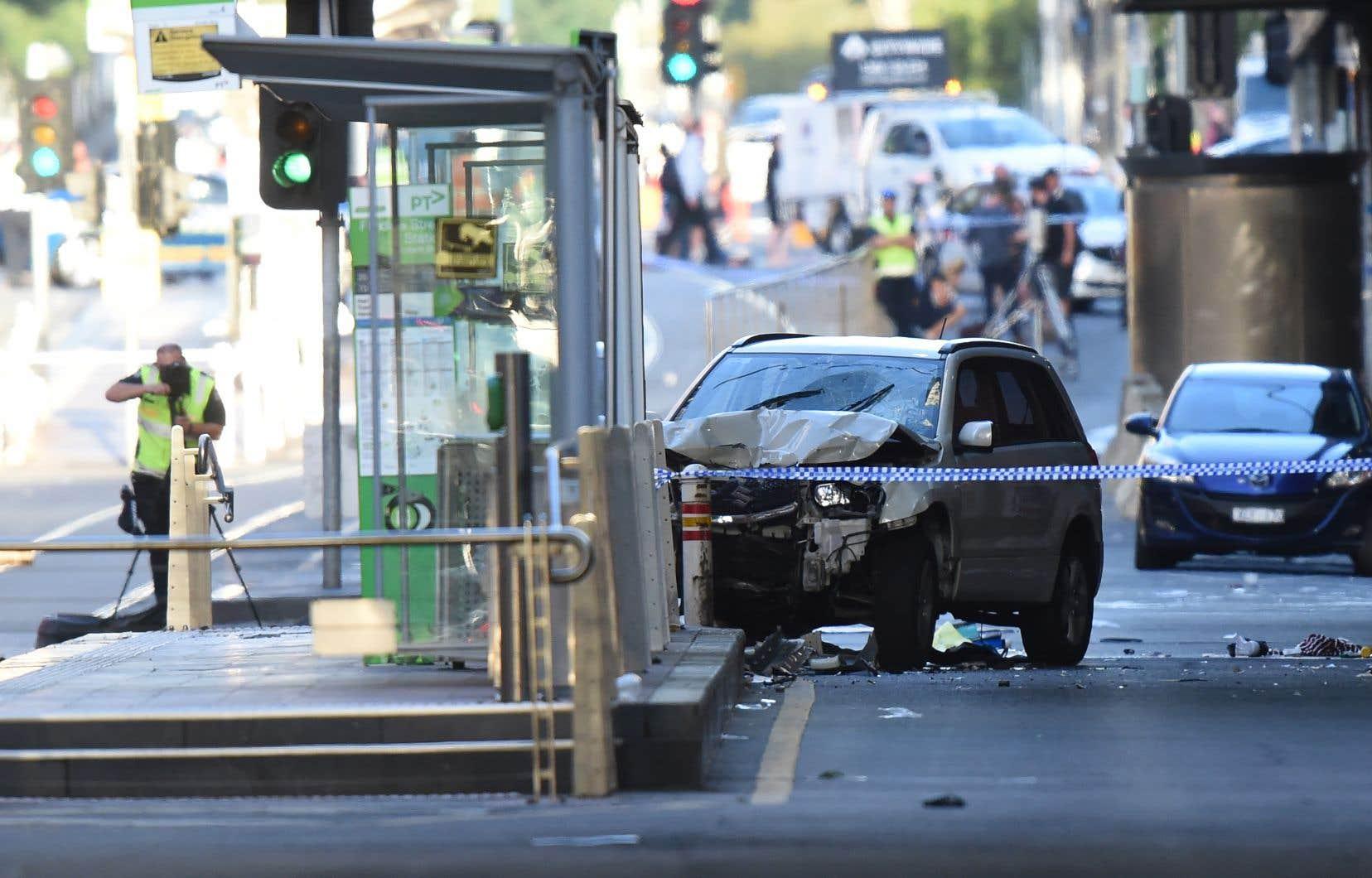 Un homme au volant d'un VUS a foncé dans une foule jeudi à un carrefour très fréquenté du centre de Melbourne.