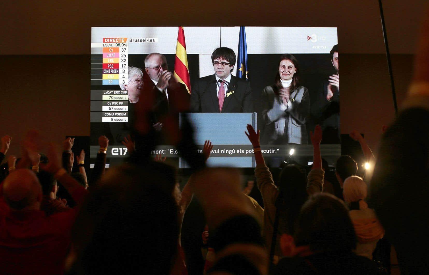 «Puigdemont président, président»! ont réagi les partisans du dirigeant Carles Puigdemont destitué, qui a suivi le scrutin depuis Bruxelles.