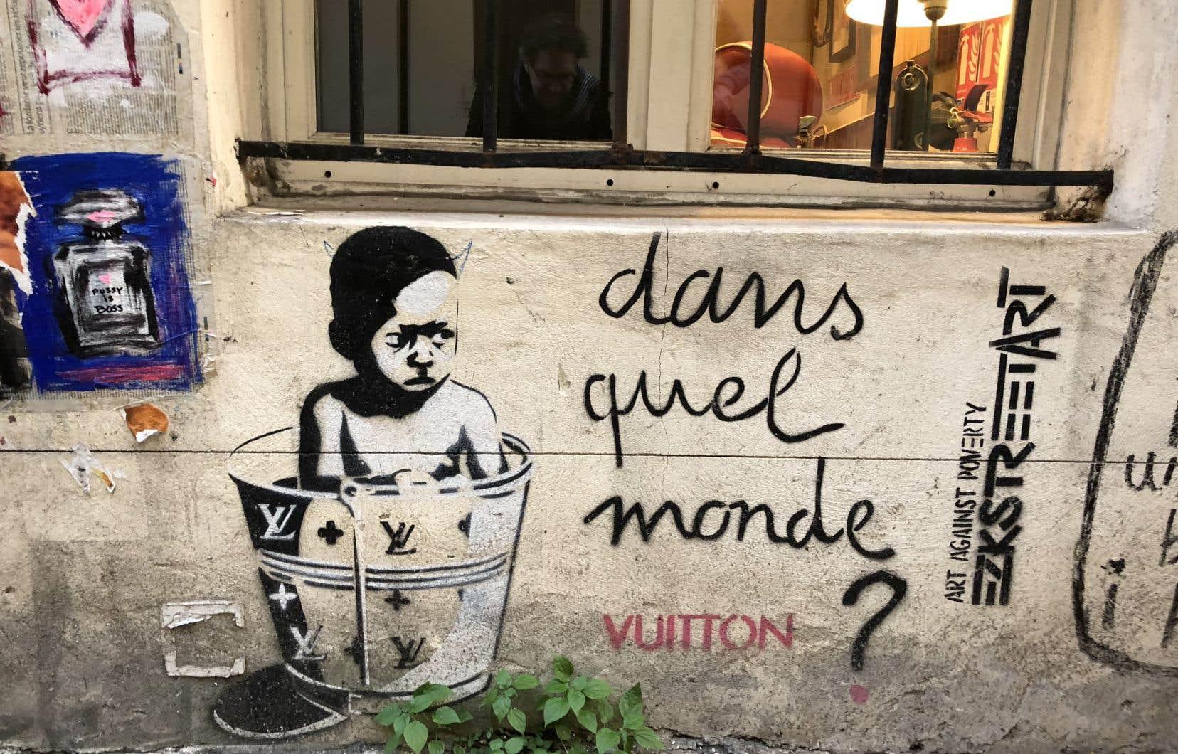 Croqué sur un mur du chic Marais, à quelques jours de Noël, du «street art» contre la pauvreté: Dans quel monde Vuitton?