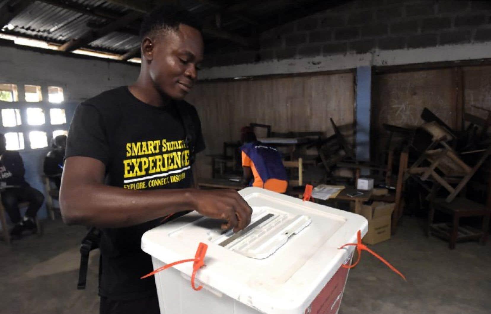 Les bureaux de vote ont ouvert comme prévu à 8hlocales et resteront accessibles jusqu'à 18h.