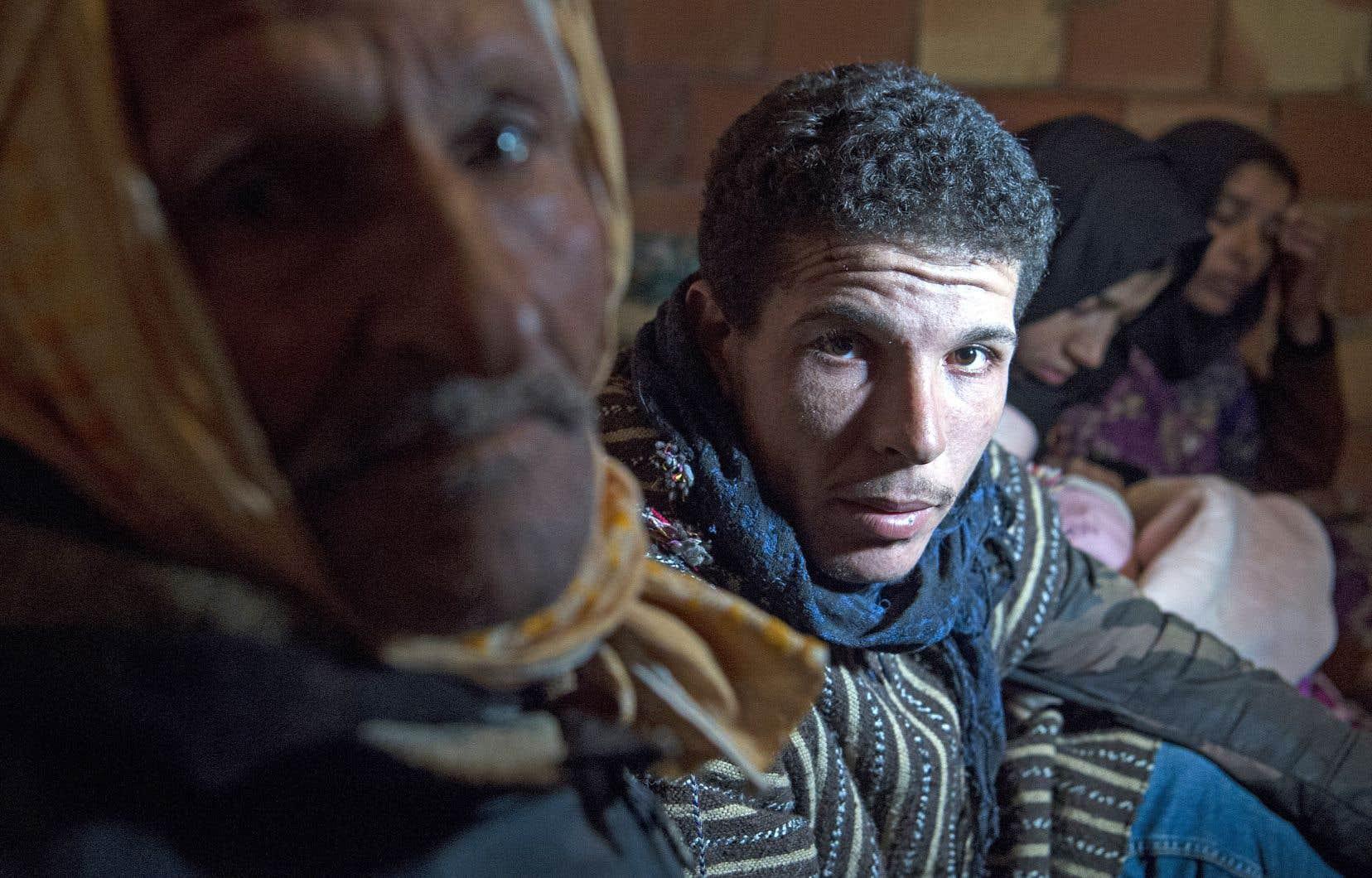 Abderrazak vit dans une modeste maison avec son père, ses six frères, sa femme et sa fille.