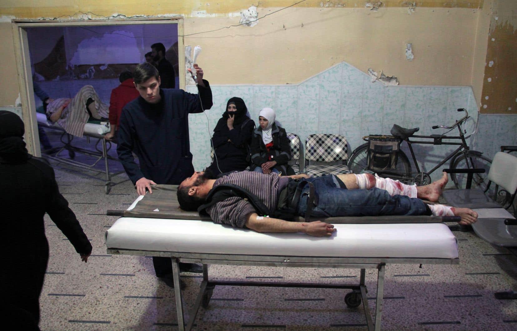 Un garçon est allongé sur une civière dans une salle d'urgence à Douma, le 17 décembre dernier.