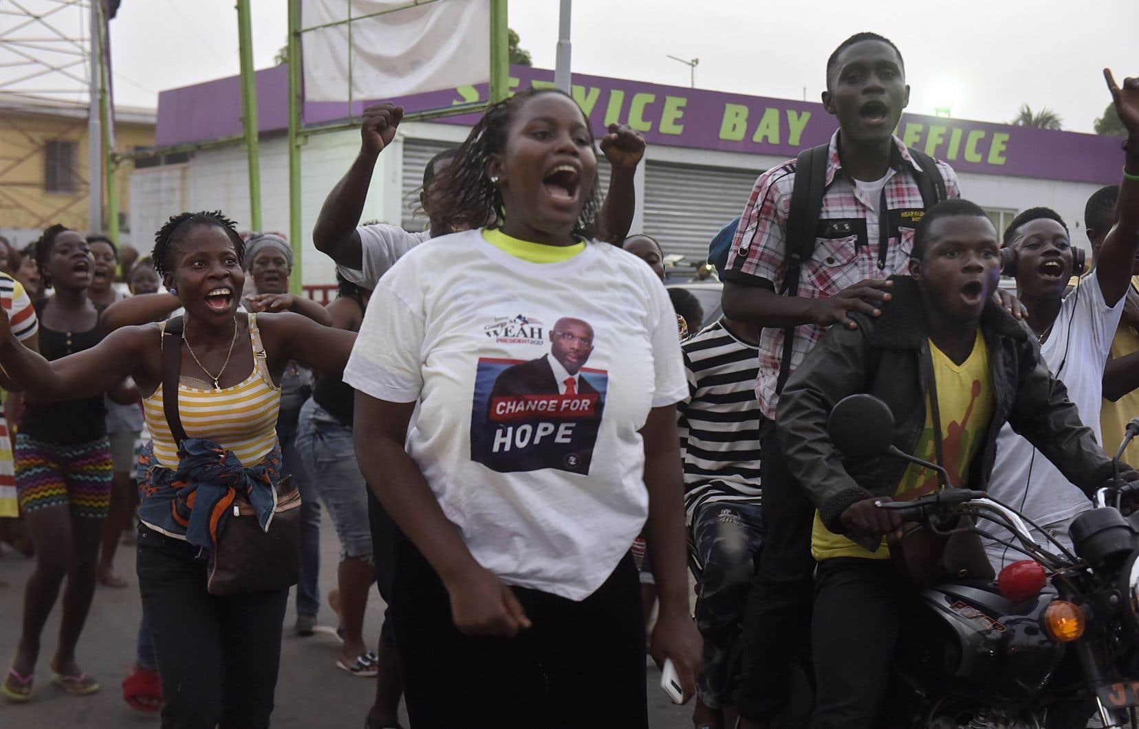 Dès l'annonce de la victoire, des centaines de personnes ont laissé éclater leur joie, chantant, dansant et scandant le nom de leur futur président.