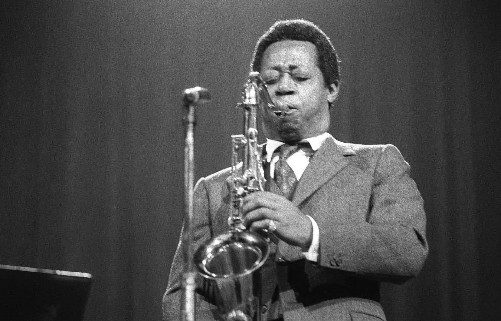 Charlie Rouse, saxophoniste ténor de l'orchestre de Thelonious Monk, joue sur la scène de la salle Pleyel à Paris au mois de décembre 1969.
