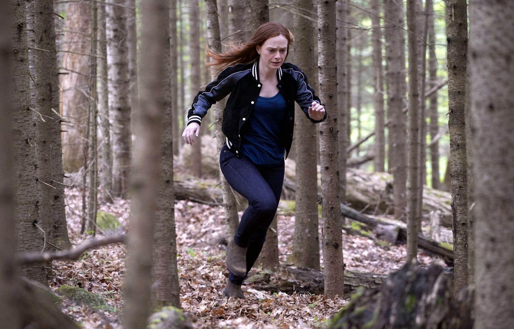Quand l'inconnue amnésique — une belle rousse qui sera surnommée Red — est retrouvée, elle a le visage ravagé par des piqûres.