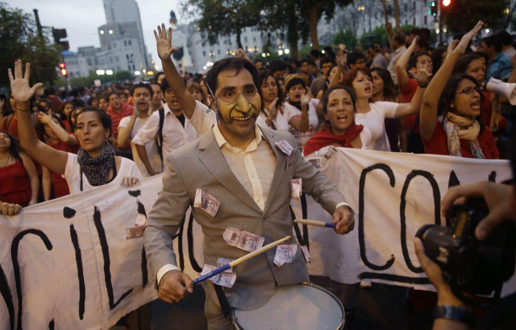 Une foule de manifestants scande des slogans contre le pardon de l'ancien président Alberto Fujimori, à Lima, jeudi.