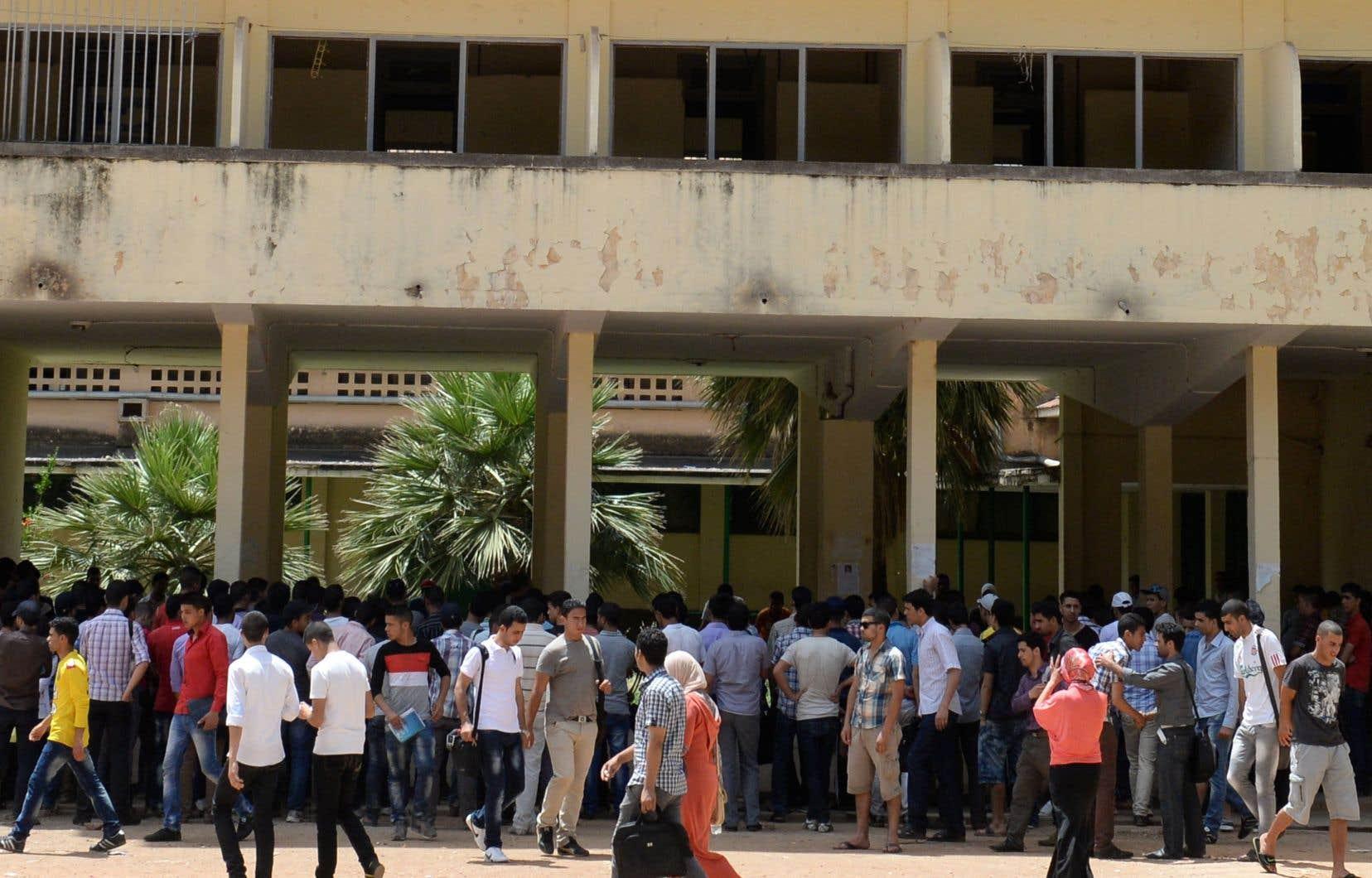 Des étudiants marocains marchent sur le campus de Dhar El-Mehraz à l'Université de Fès, en mai 2014.