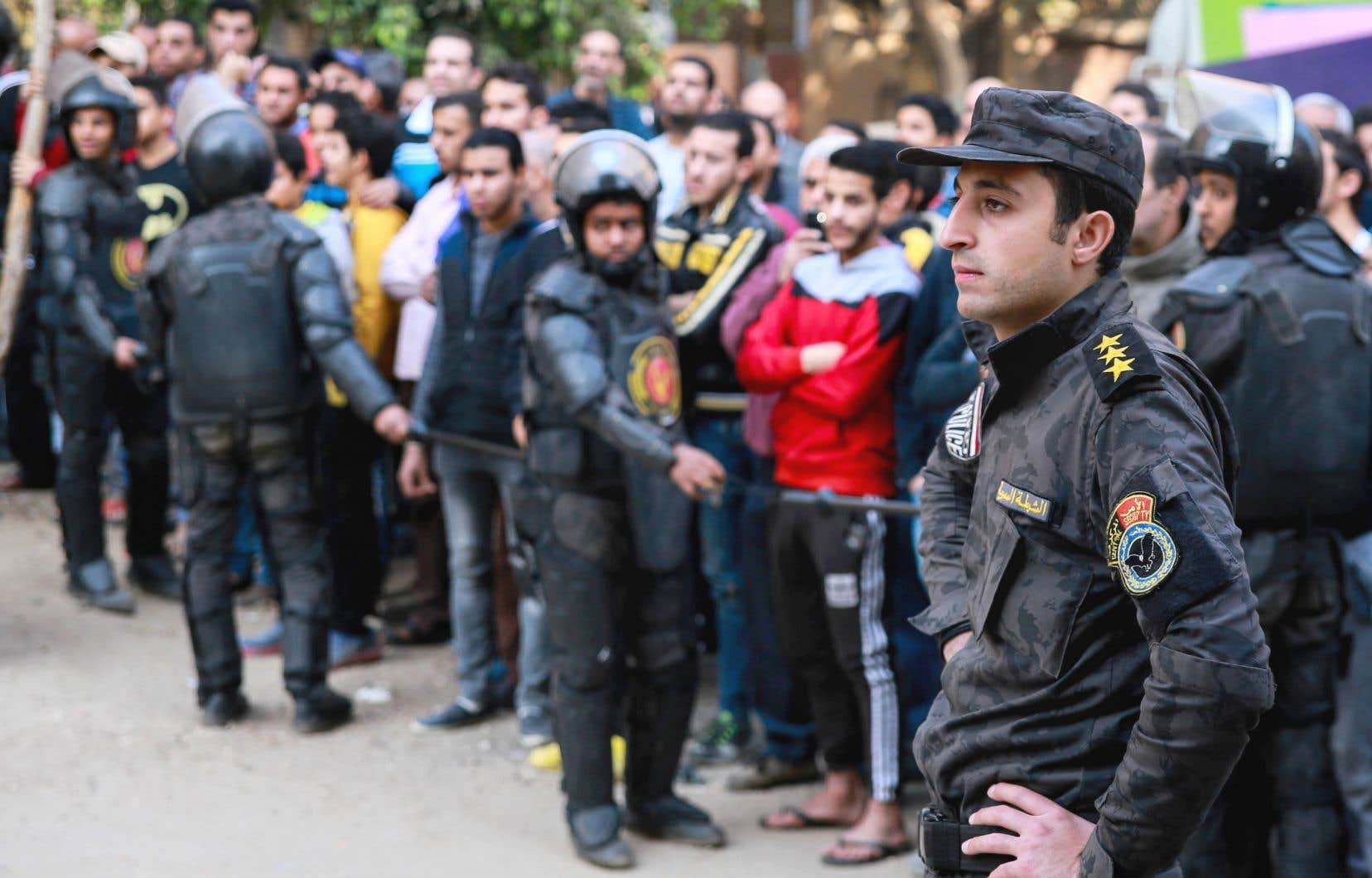 Des policiers égyptiens ont formé un cordon de sécurité à la suite de l'attaque au Caire.