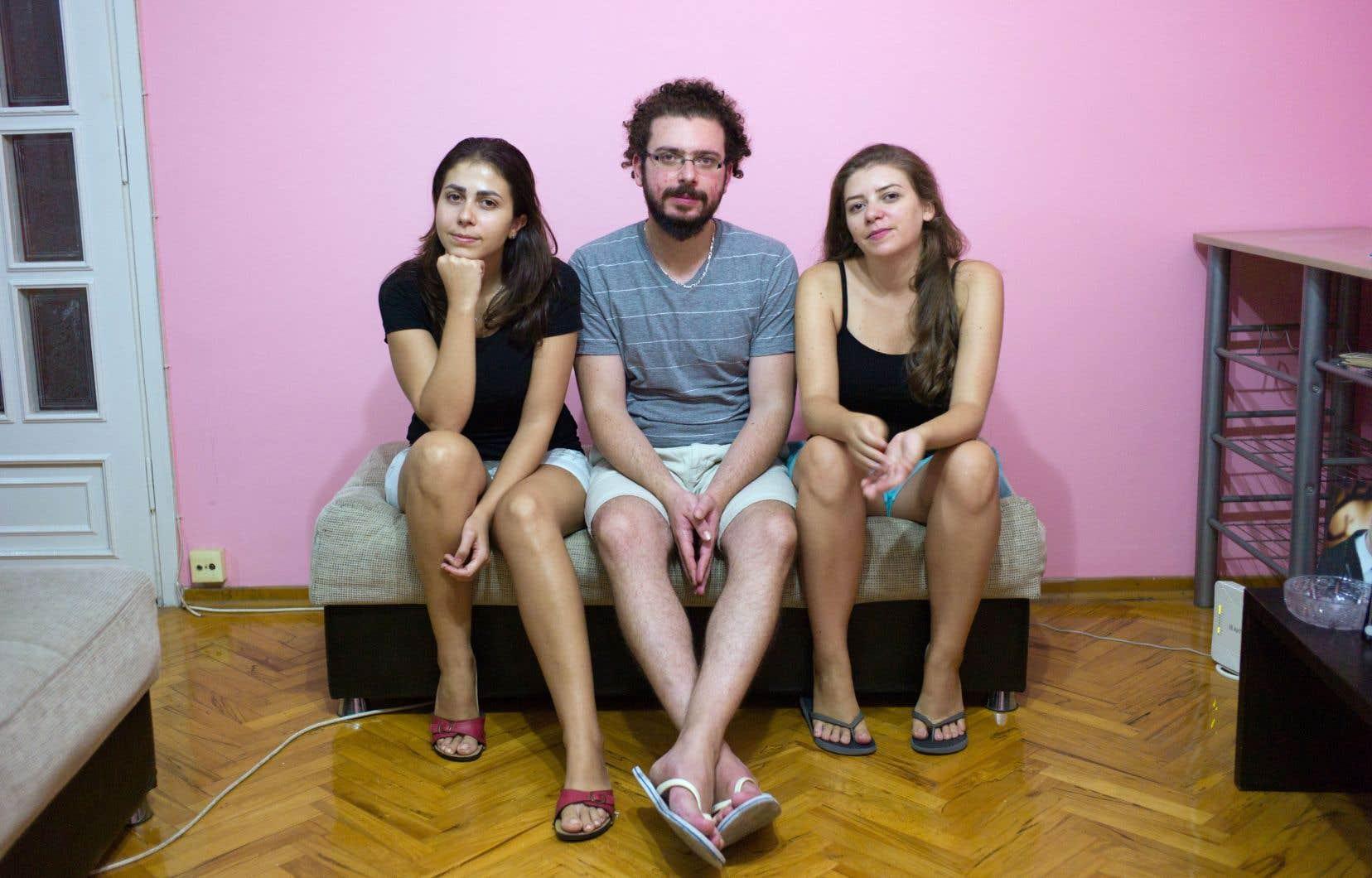 Nour Ismail, Hayan Hlaibeih et Sara Hlaibeih dans l'appartement d'Antalya, en Turquie.Ils ont fui la Syrie et attendent une réponse à la demande de parrainage privé déposée au Canada.