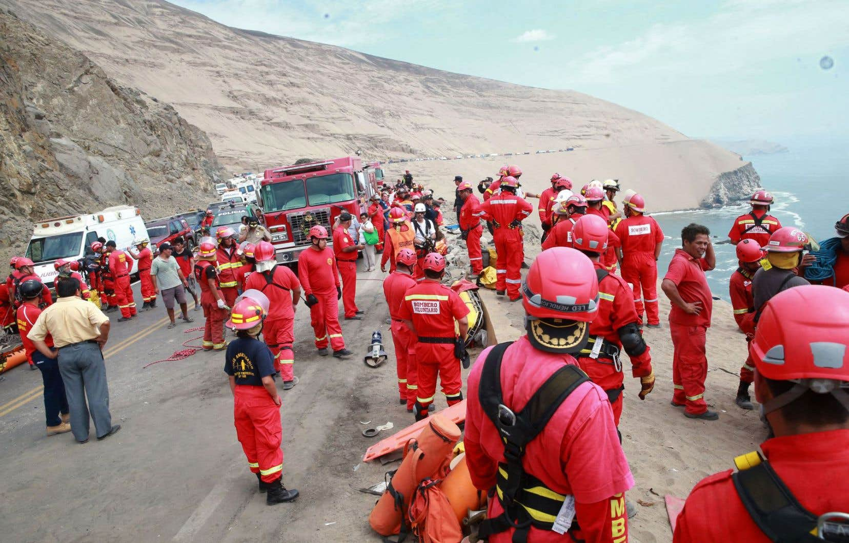 Les services d'urgence tentaient, mardi, de porter secours aux victimes et de les extraire du véhicule qui se trouve dans une zone difficile d'accès.