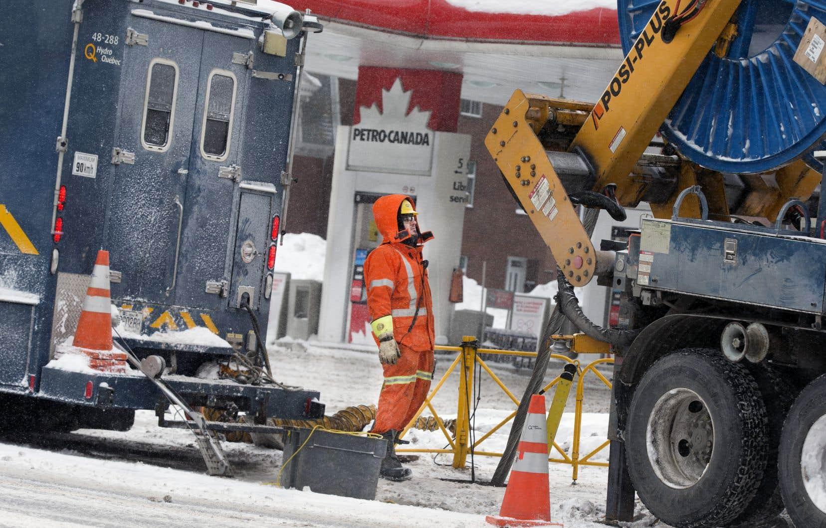 Un employé d'Hydro-Québec pendant la tempête, vendredi, à Montréal