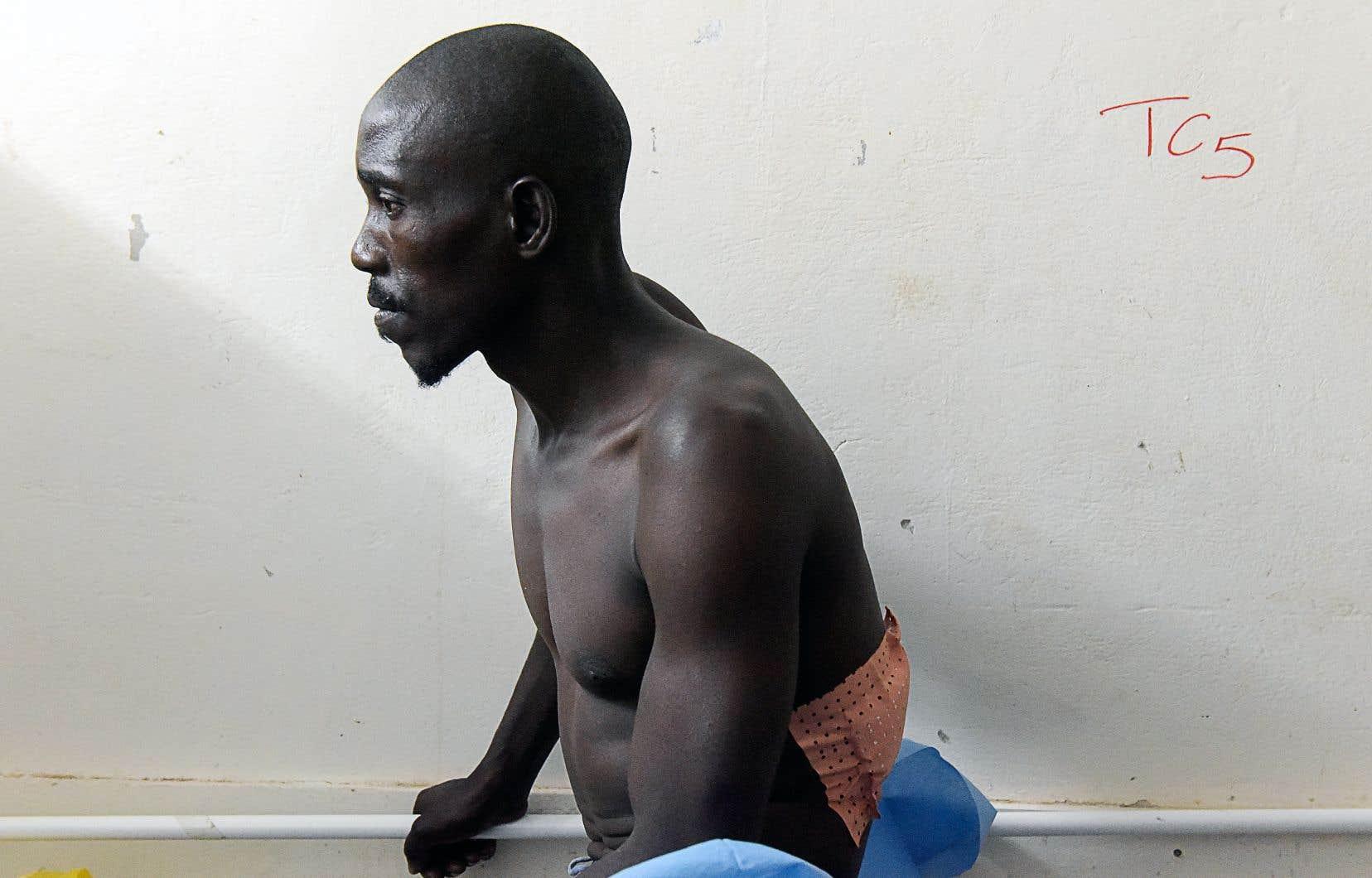 Un des survivants de l'attaque est soigné dans un hôpital de Ziguinchor dans le sud du Sénégal.