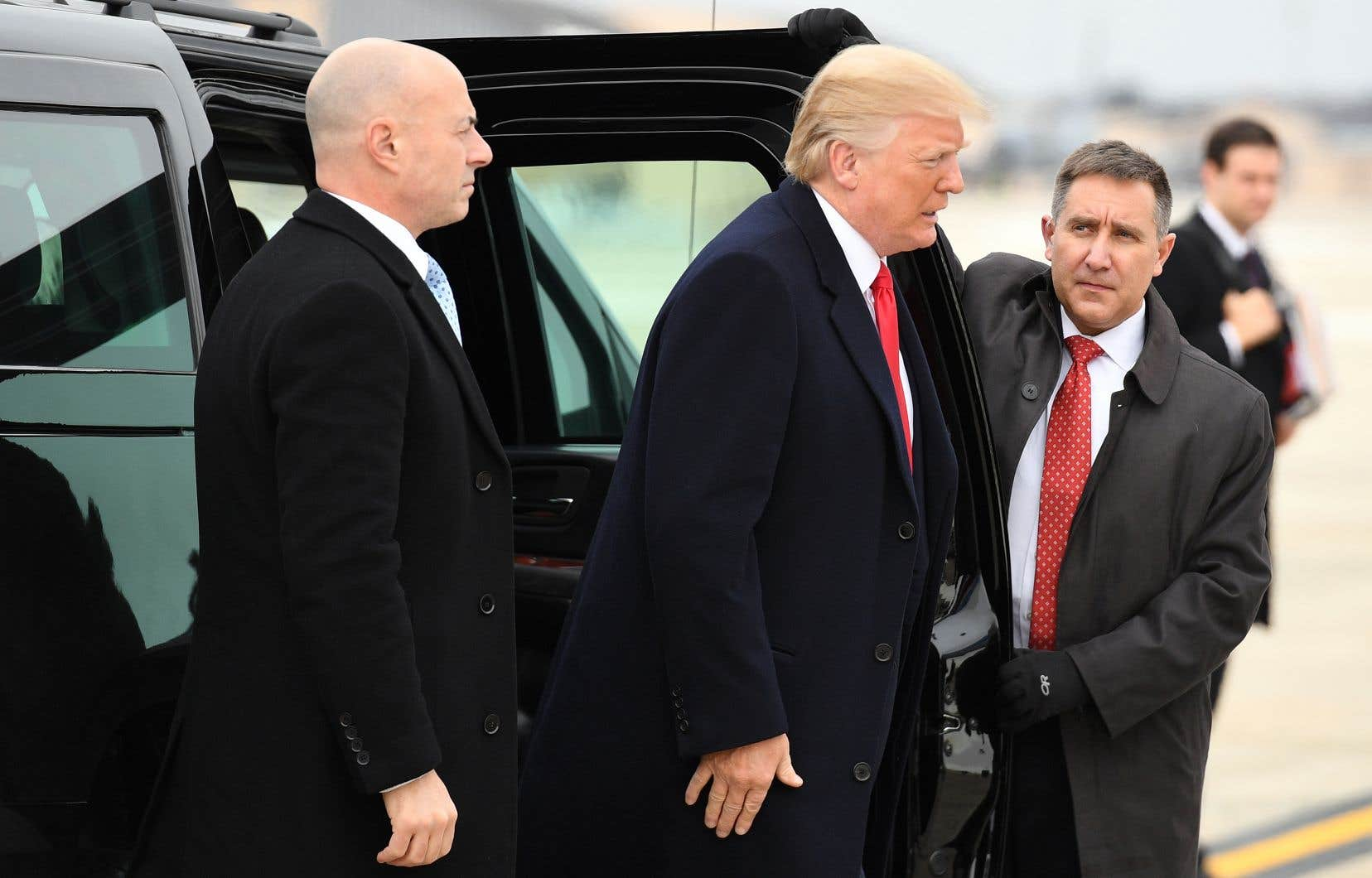 Donald Trump sur le point de monter à bord de l'avion présidentiel en direction de Nashville, au Tennesse, le 8 janvier