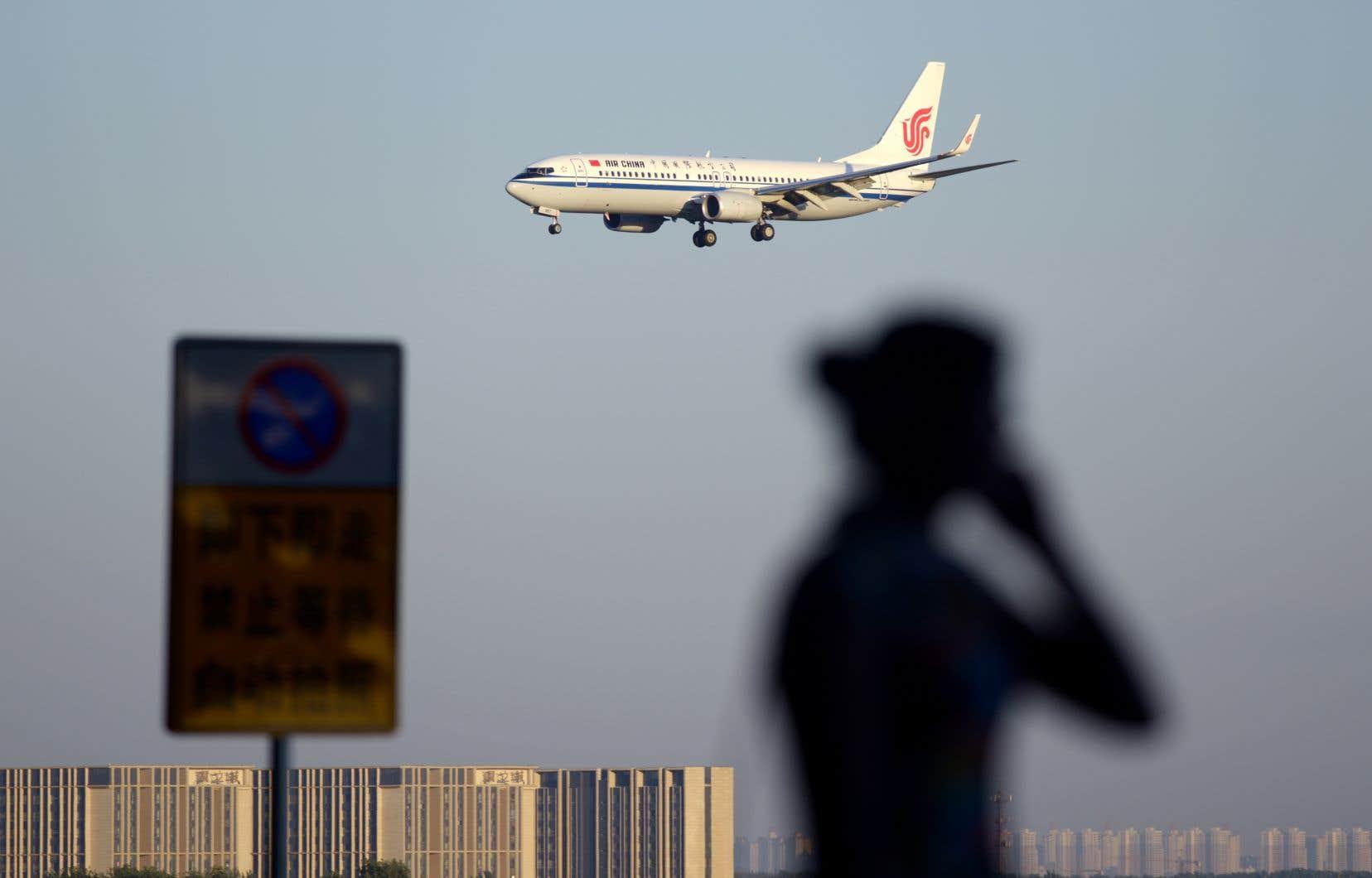 Un avion Boeing 737 d'Air China se prépare à atterrir à l'aéroport international de Pékin. Bombardier estime que le rapprochement évoqué entre Boeing et Embraer constitue un aveu selon lequel la C Series ne livre pas une concurrence déloyale à la famille d'avions 737 du géant américain.