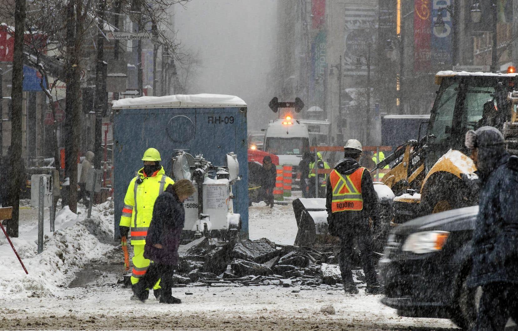 Les travaux de réaménagement de la rue Sainte-Catherine, de l'avenue Atwater au Quartier des spectacles, ont débuté lundi.