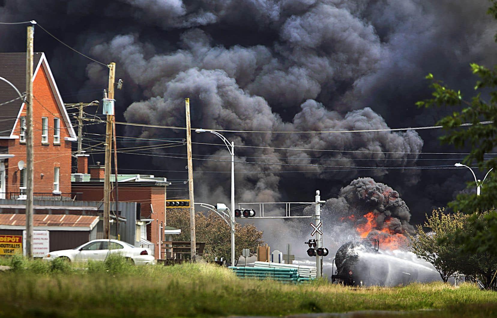 L'incendie déclenché par le déraillement et l'explosion des wagons-citernes a dévasté une partie du centre-ville de Lac-Mégantic.