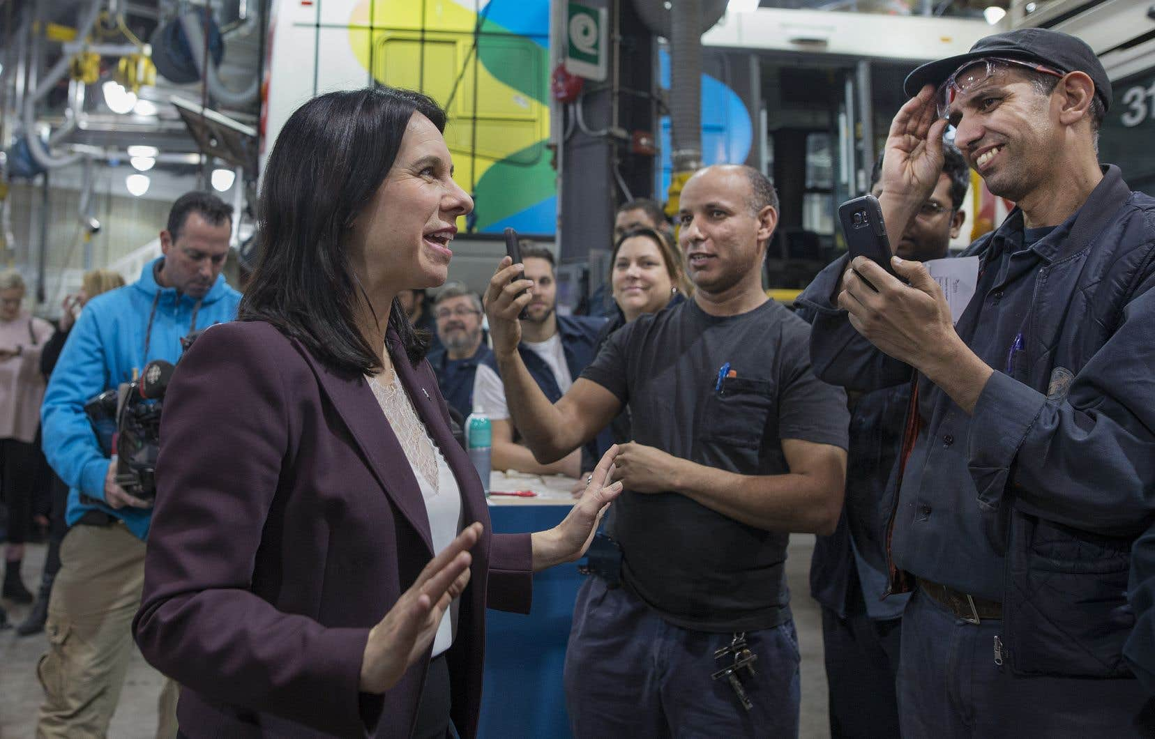 La mairesse Valérie Plante se dit persuadée que les nouveaux véhicules inciteront les Montréalais à utiliser plus souvent le transport en commun.