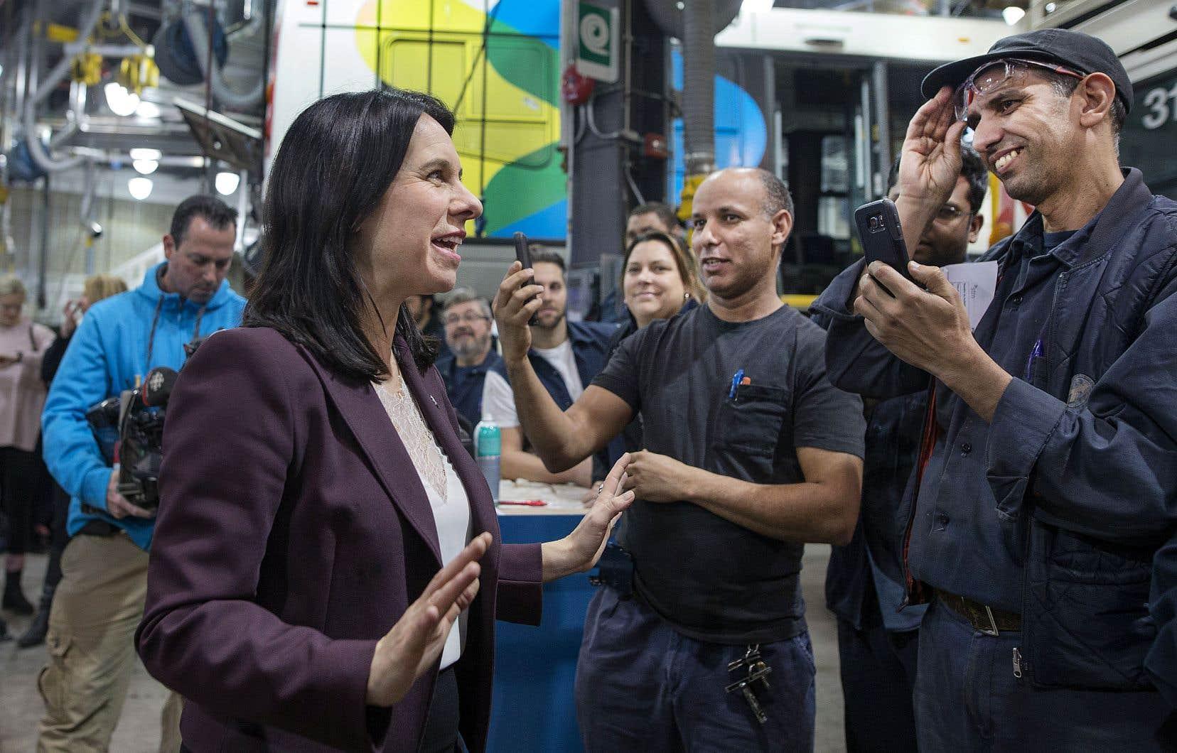 Valérie Plante s'est entretenue avec des employés enthousiastes de la Société de transport de Montréal au Centre de transport Stinson où elle a annoncé, mardi, le lancement de l'appel d'offres pour l'achat de 300 autobus hybrides supplémentaires en 2020.