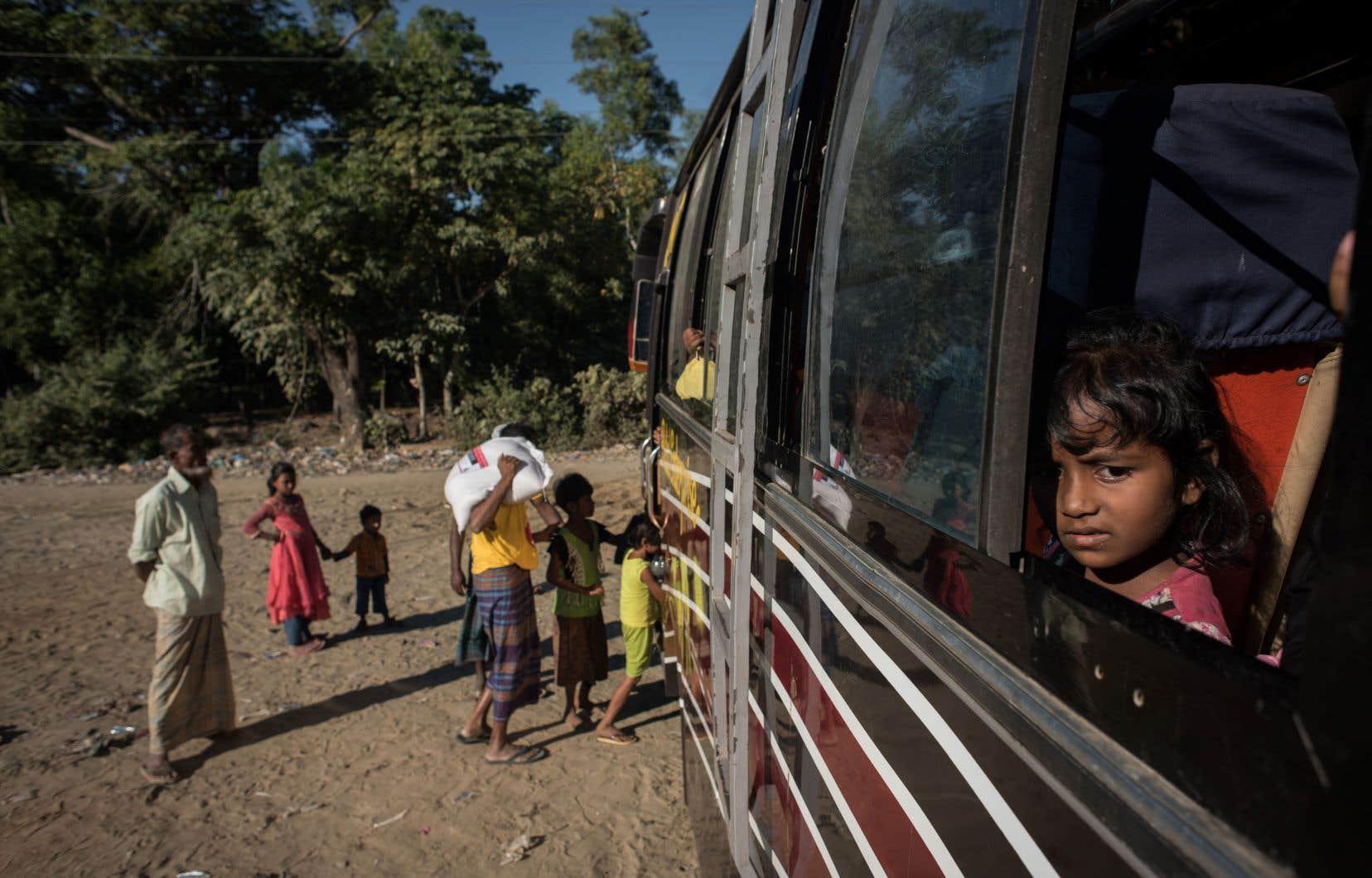 Des Rohingyas se dirigent, en autobus, vers un camp de refugiés au Bangladesh.