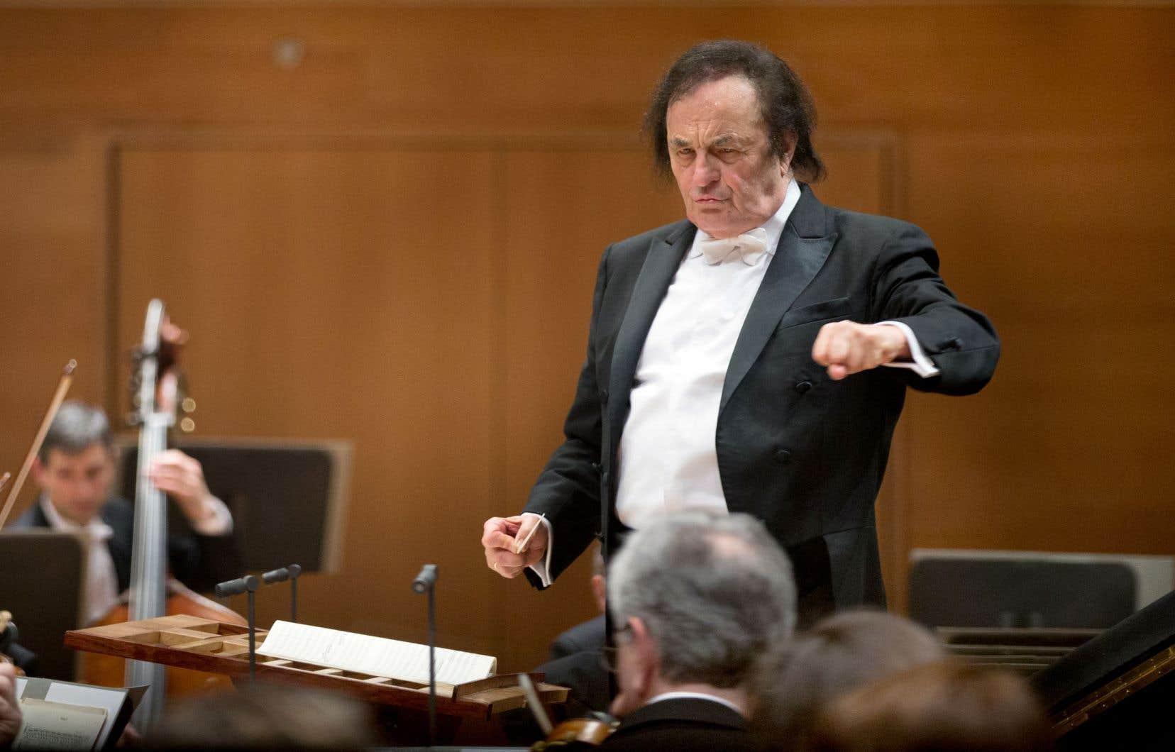 Le Royal Philharmonic Orchestra a précisé dans son communiquéqu'il entretient des relations avec plusieurs chefs d'orchestre invités, qui prendront le relais des projets de Charles Dutoit.