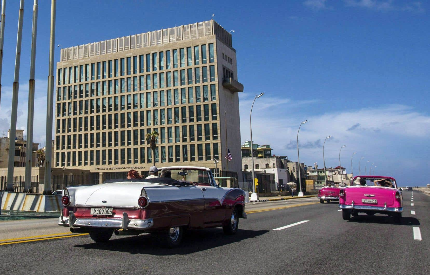 Des touristes passent en décapotable devant la nouvelle ambassade américaine à LaHavane. L'an dernier, à l'instar de diplomates canadiens, des employés américains se sont plaints d'«attaques acoustiques».