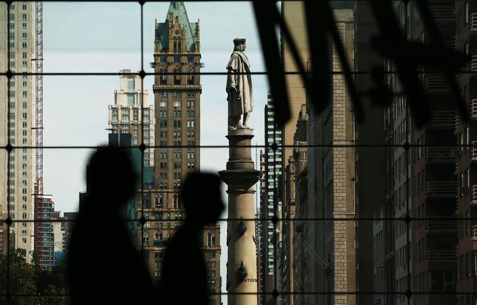 La statue de Christophe Colomb au sommet d'une colonne à l'entrée de Central Park, à New York