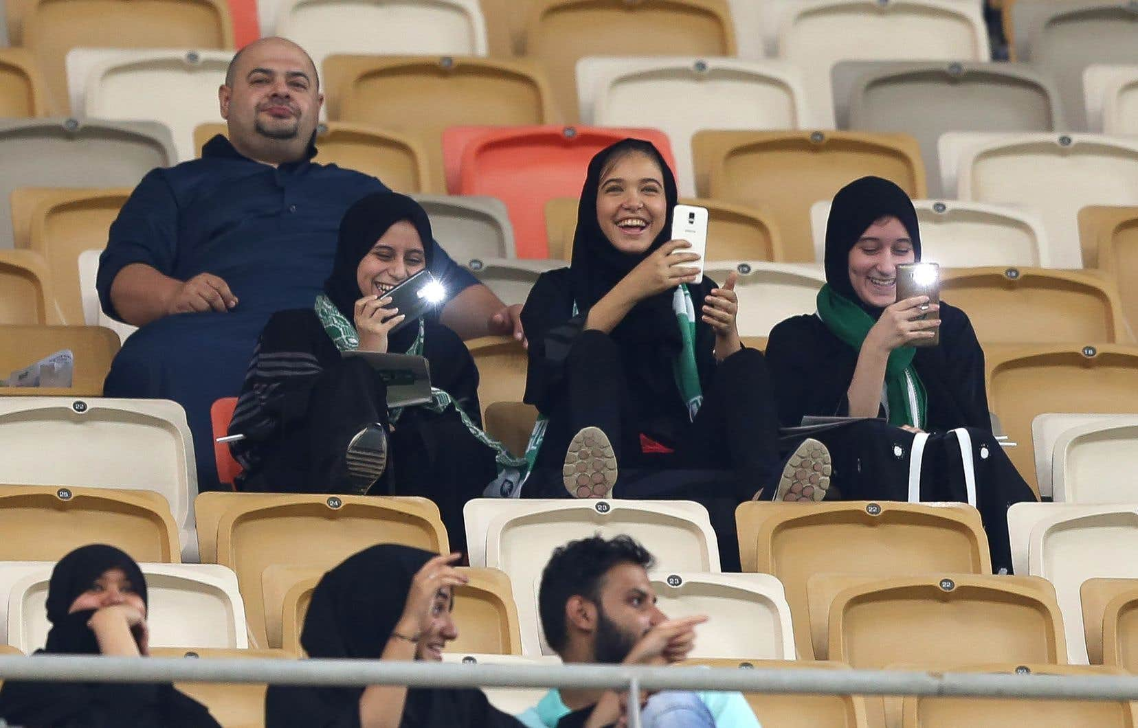 Les premières partisanes ont fait leur entrée dans le stade presque deux heures avant le coup d'envoi de la rencontre de la Ligue professionnelle saoudienne entre Al-Ahli et Al-Batin.