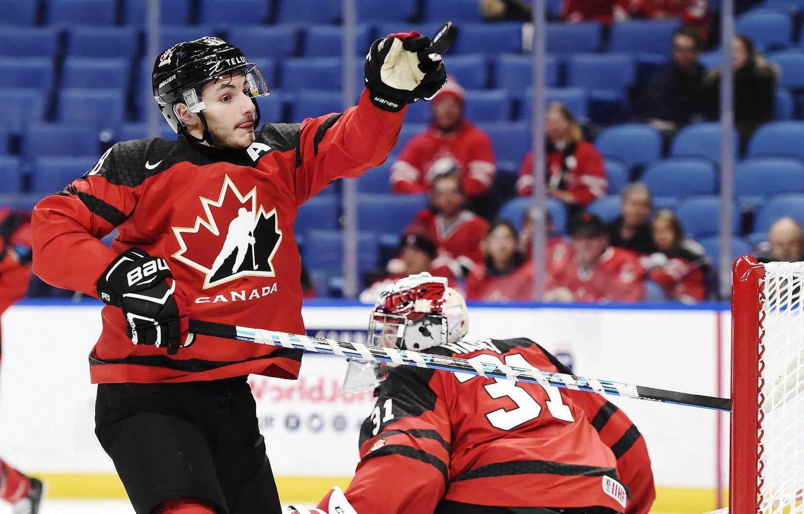 Victor Mete lors du match du Canada contre la République tchèque au Championnat mondial de hockey junior, le 4 janvier dernier