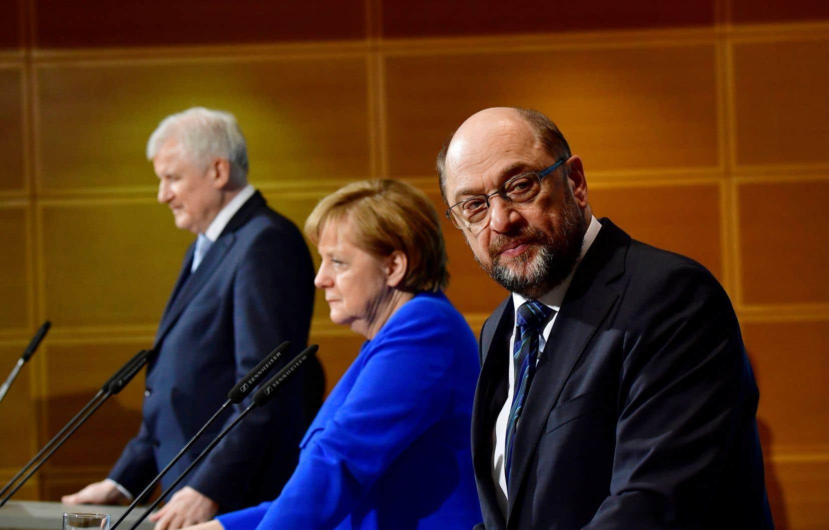 Le leader du Parti social-démocrate, Martin Schulz (à droite), en compagnie du leader de l'Union chrétienne-sociale (CSU), Horst Seehofer, et de la chancelière allemande, Angela Merkel, à Berlin, vendredi