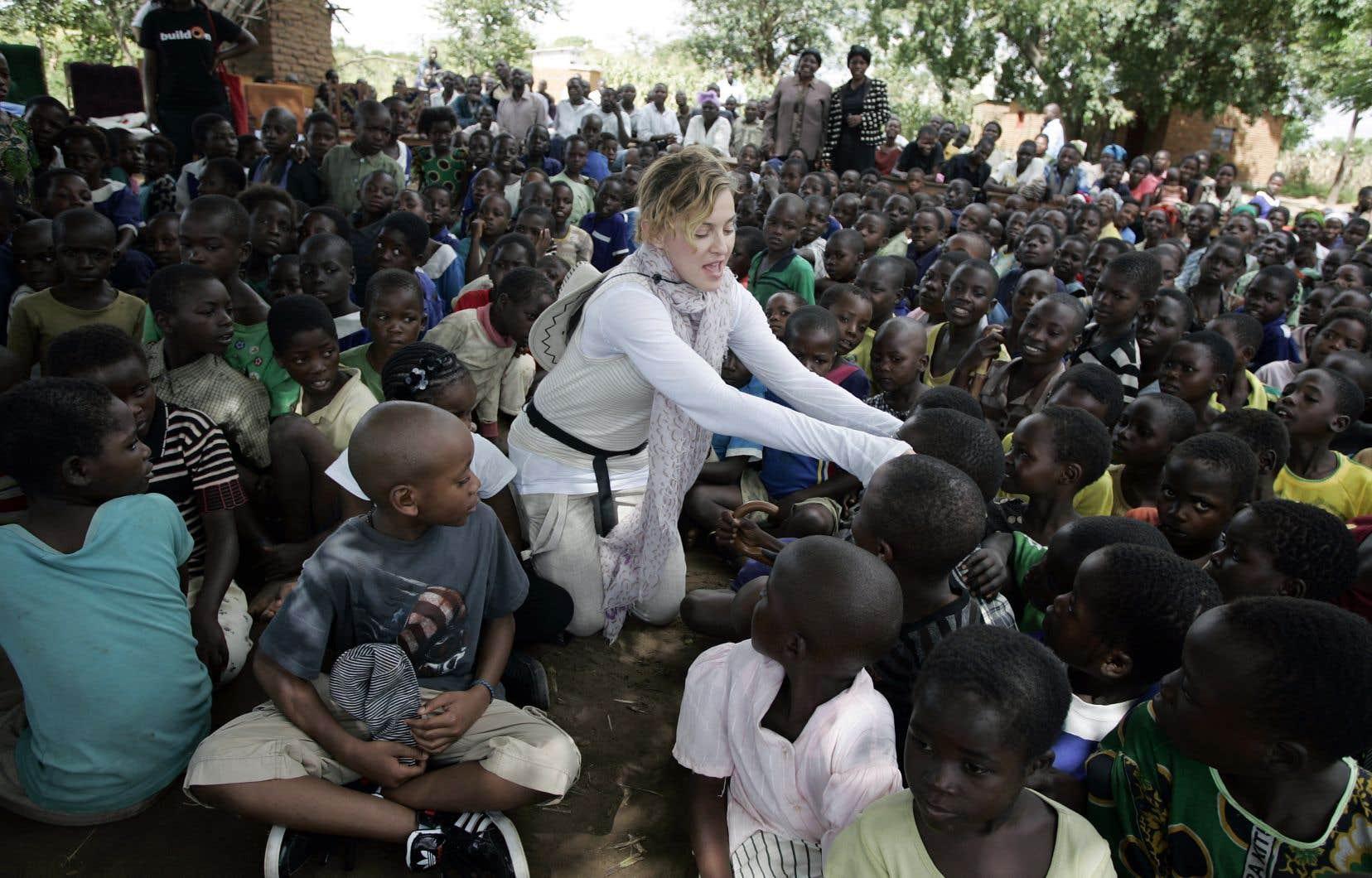L'organisme Raising Malawi, cofondé par Madonna, soutient les orphelins et les enfants vulnérables de ce pays du sud-est de l'Afrique. Sur la photo, la star américaine rend visite à l'école primaire Mkoko, qui a été construite avec l'aide de son organisation.