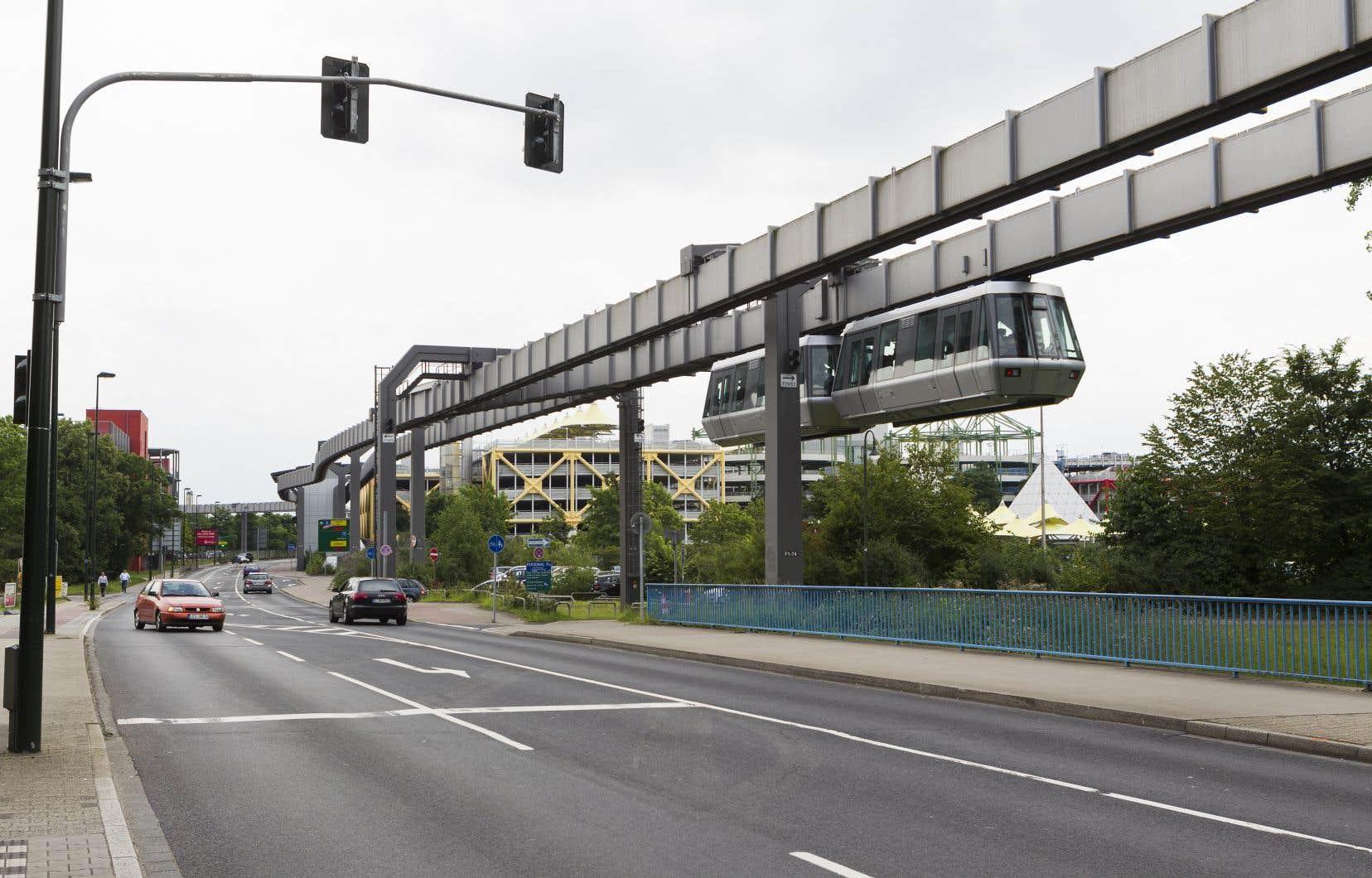Le monorail suspendu de Düsseldorf, en Allemagne, relie le centre-ville à l'aéroport. Il est utilisé comme une ligne de métro ou de tramway pour compléter le réseau de transport en commun.