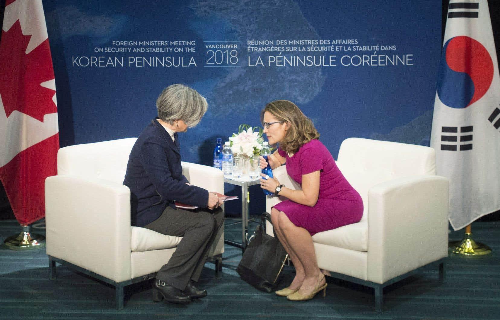 La ministre des Affaires étrangères, Chrystia Freeland (à droite), a accueilli son homologue de la République de Corée (Sud), Kang Kyung-wha.