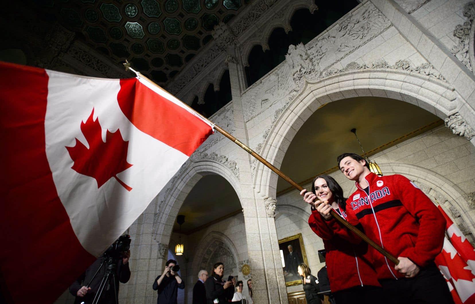 Tessa Virtue et Scott Moir deviennent le premier couple de l'histoire olympique canadienne à porter le drapeau lors de la cérémonie d'ouverture des Jeux.