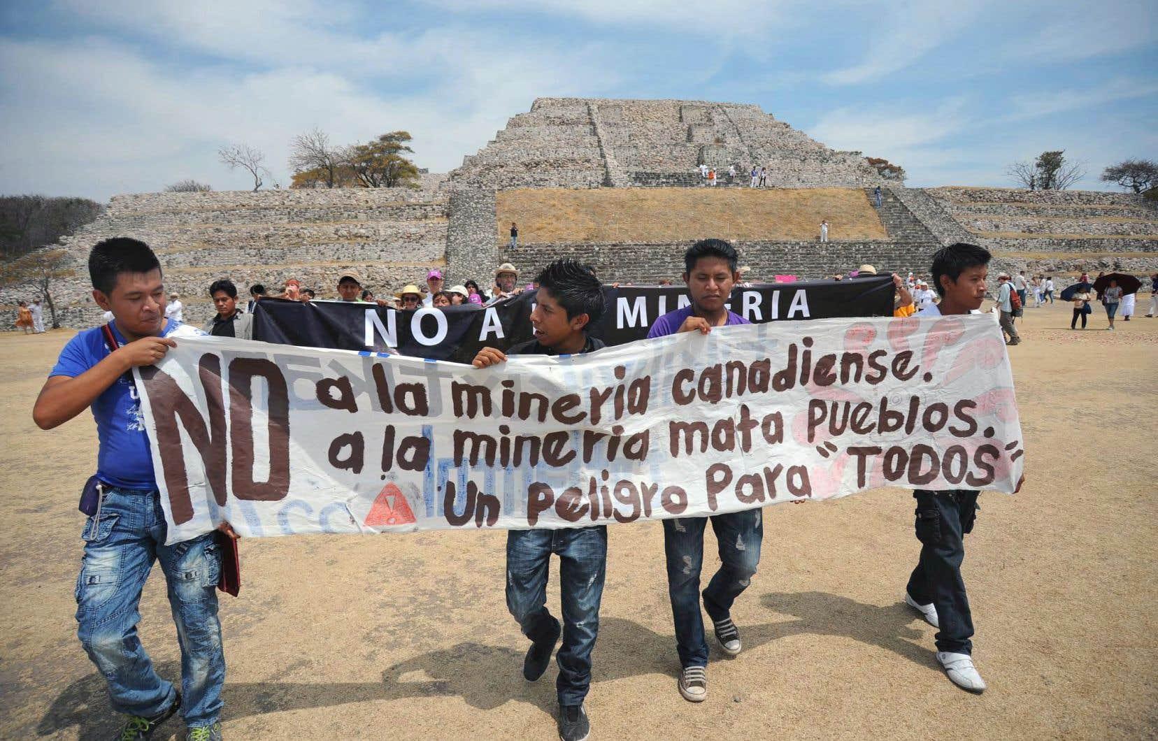 Des hommes tiennent une bannière où on lit: «Non à la minière canadienne, à la minière tueuse de peuples. Un danger pour tous.» Ils manifestent contre une compagnie canadienne qui souhaite exploiter une mine d'or à ciel ouvert près d'un site archéologique de Xochitepec, au centre du Mexique.