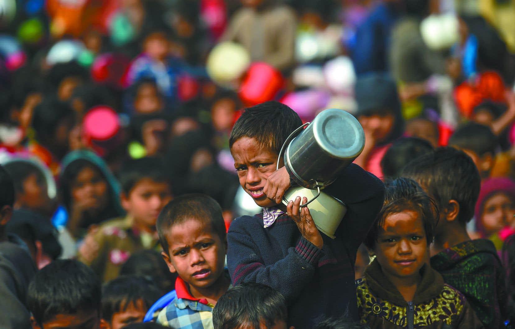 Des enfants Rohingyas attendent une distribution de nourriture dans le camp de réfugiés Thankhali au Bangladesh.